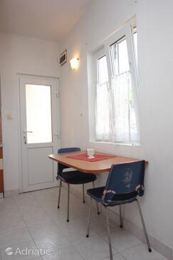 Sali, Dining room in the studio-apartment, dostupna klima, dopusteni kucni ljubimci i WIFI.
