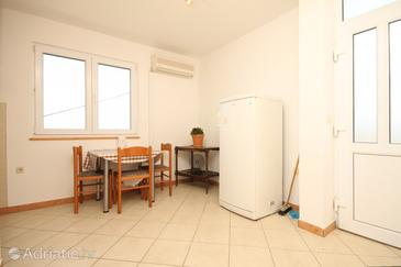 Žman, Dining room in the apartment, air condition available, (pet friendly) and WiFi.