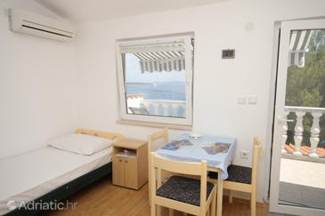 Sali, Dining room in the studio-apartment, air condition available, (pet friendly) and WiFi.