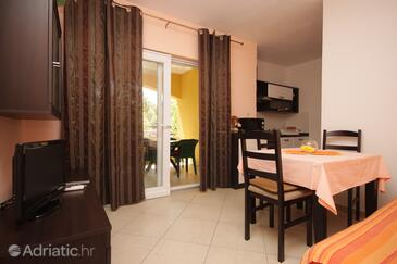 Sali, Dining room in the apartment, air condition available and WiFi.
