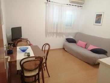 Tisno, Dining room in the apartment, air condition available, (pet friendly) and WiFi.