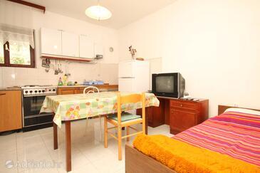 Luka, Jídelna v ubytování typu apartment, s klimatizací, domácí mazlíčci povoleni a WiFi.