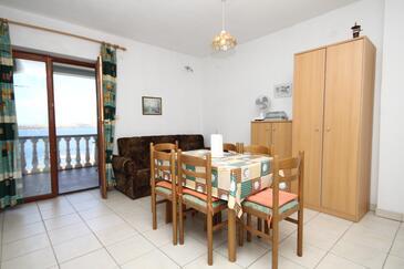 Sali, Jídelna v ubytování typu apartment, klimatizácia k dispozícii, domácí mazlíčci povoleni a WiFi.