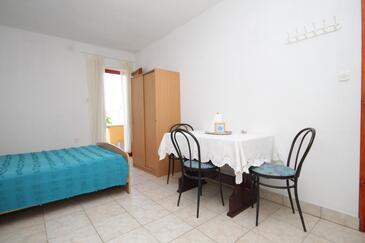 Sali, Jedáleň v ubytovacej jednotke studio-apartment, domáci miláčikovia povolení a WiFi.