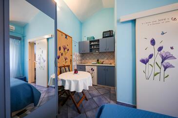 Brbinj, Blagovaonica u smještaju tipa studio-apartment, kućni ljubimci dozvoljeni i WiFi.