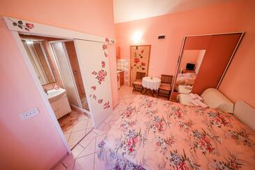 Brbinj, Jídelna v ubytování typu studio-apartment, domácí mazlíčci povoleni a WiFi.