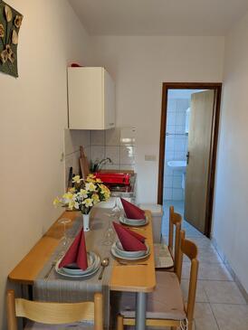 Dobropoljana, Jídelna v ubytování typu studio-apartment, domácí mazlíčci povoleni a WiFi.