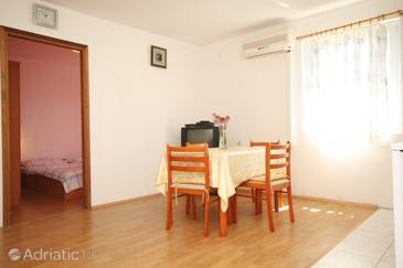 Banj, Dining room in the apartment, dostupna klima i WIFI.