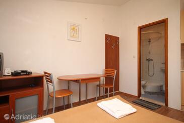Banj, Jídelna v ubytování typu studio-apartment, s klimatizací a WiFi.