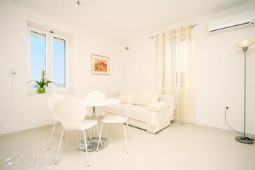 Slatine, Dining room in the apartment, dostupna klima i WIFI.