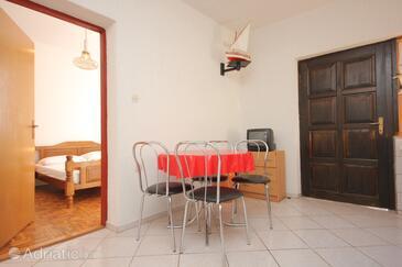Kraj, Dining room in the apartment, dostupna klima i dopusteni kucni ljubimci.