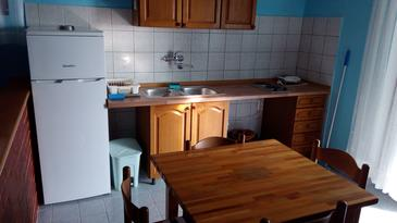 Tkon, Dining room in the studio-apartment, dostupna klima i WIFI.