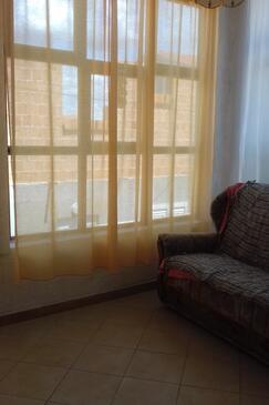 Tkon, Obývací pokoj v ubytování typu apartment.