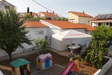 Preko, Ugljan, Objekt 8232 - Apartmaji v bližini morja s prodnato plažo.