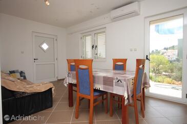 Kali, Dining room in the apartment, dostupna klima i dopusteni kucni ljubimci.