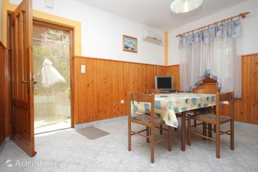 Kali, Dining room in the apartment, dostupna klima, dopusteni kucni ljubimci i WIFI.