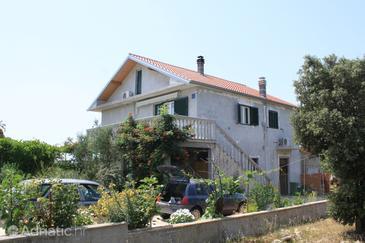 Guduće, Ugljan, Property 8240 - Apartments with rocky beach.