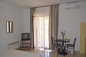 Ugljan, Dining room in the studio-apartment, air condition available and WiFi.