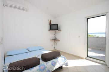 Banj, Living room in the apartment, air condition available and WiFi.