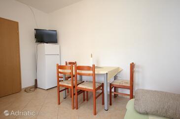 Kraj, Jedáleň v ubytovacej jednotke apartment, klimatizácia k dispozícii a WiFi.