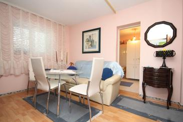 Kali, Obývacia izba v ubytovacej jednotke apartment, dostupna klima.