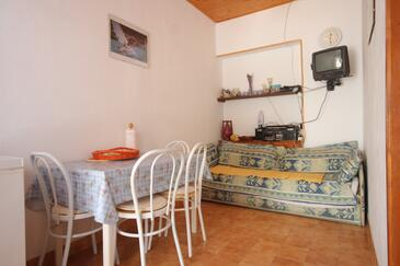 Kali, Jídelna v ubytování typu apartment, dostupna klima.