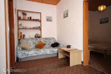 Kali, Obývací pokoj v ubytování typu apartment.