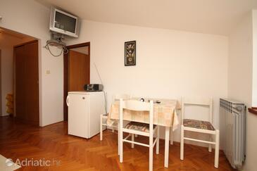 Neviđane, Dining room in the apartment, dostupna klima i dopusteni kucni ljubimci.