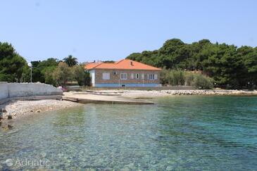 Ugljan, Ugljan, Objekt 828 - Ubytování v blízkosti moře s oblázkovou pláží.