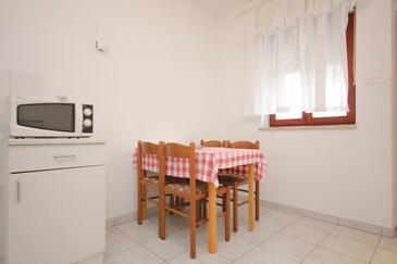 Ugljan, Jídelna v ubytování typu apartment, domácí mazlíčci povoleni a WiFi.