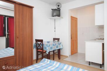 Dobropoljana, Dining room in the studio-apartment.