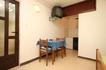 Zaklopatica, Dining room in the studio-apartment, dopusteni kucni ljubimci i WIFI.