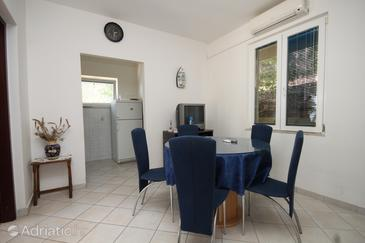 Pasadur, Dining room in the apartment, dostupna klima, dopusteni kucni ljubimci i WIFI.