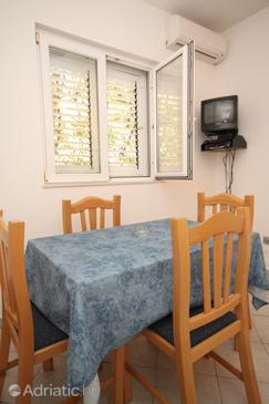 Pasadur, Dining room in the apartment, air condition available, (pet friendly) and WiFi.