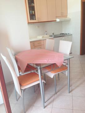 Zaklopatica, Dining room in the apartment, air condition available and WiFi.