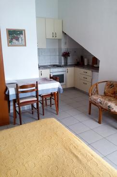 Ubli, Dining room in the studio-apartment, (pet friendly) and WiFi.