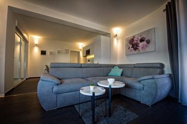 Zečevo Rtić, Obývací pokoj v ubytování typu apartment, s klimatizací a WiFi.