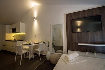 Zečevo Rtić, Jedáleň v ubytovacej jednotke studio-apartment, klimatizácia k dispozícii a WiFi.