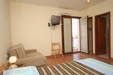 Tribunj, Living room in the studio-apartment, dostupna klima i dopusteni kucni ljubimci.