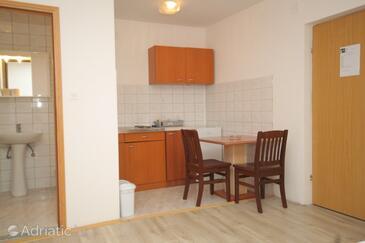 Tribunj, Dining room in the studio-apartment, dopusteni kucni ljubimci.