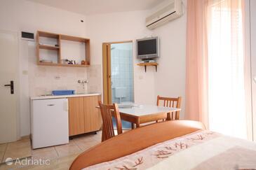 Tkon, Dining room in the studio-apartment, dostupna klima, dopusteni kucni ljubimci i WIFI.