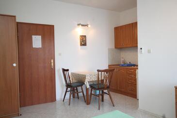 Zaklopatica, Sala da pranzo nell'alloggi del tipo studio-apartment, animali domestici ammessi e WiFi.