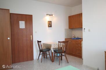 Zaklopatica, Jídelna v ubytování typu studio-apartment, domácí mazlíčci povoleni a WiFi.