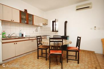 Neviđane, Dining room in the studio-apartment, dostupna klima i WIFI.