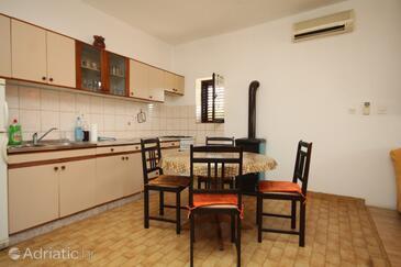 Neviđane, Jídelna v ubytování typu studio-apartment, s klimatizací a WiFi.