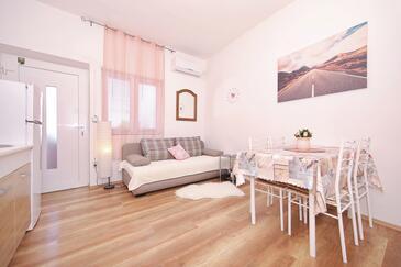 Tkon, Obývací pokoj v ubytování typu apartment, s klimatizací, domácí mazlíčci povoleni a WiFi.