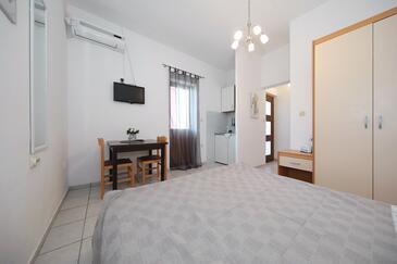 Tkon, Jedáleň v ubytovacej jednotke studio-apartment, klimatizácia k dispozícii, domáci miláčikovia povolení a WiFi.