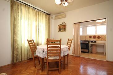 Ugljan, Jedáleň v ubytovacej jednotke apartment, klimatizácia k dispozícii, domáci miláčikovia povolení a WiFi.