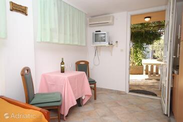 Preko, Dining room in the studio-apartment, dostupna klima.