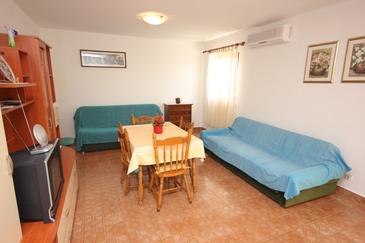Rastići, Jídelna v ubytování typu apartment, dostupna klima i WIFI.